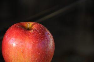 1.JABOLKA (srednje jabolko - 80 kalorij, 0g maščob) pomagajo zmanjšati srčne bolezni.