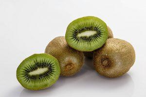 8.KIVI ( 1 srednji kivi – 46 kalorij, 0g maščob) je poln vlaknin in vitamina C.