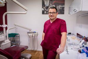 dr. Nenad Klasić v svoji ordinaciji DENTAL ART STUDIO