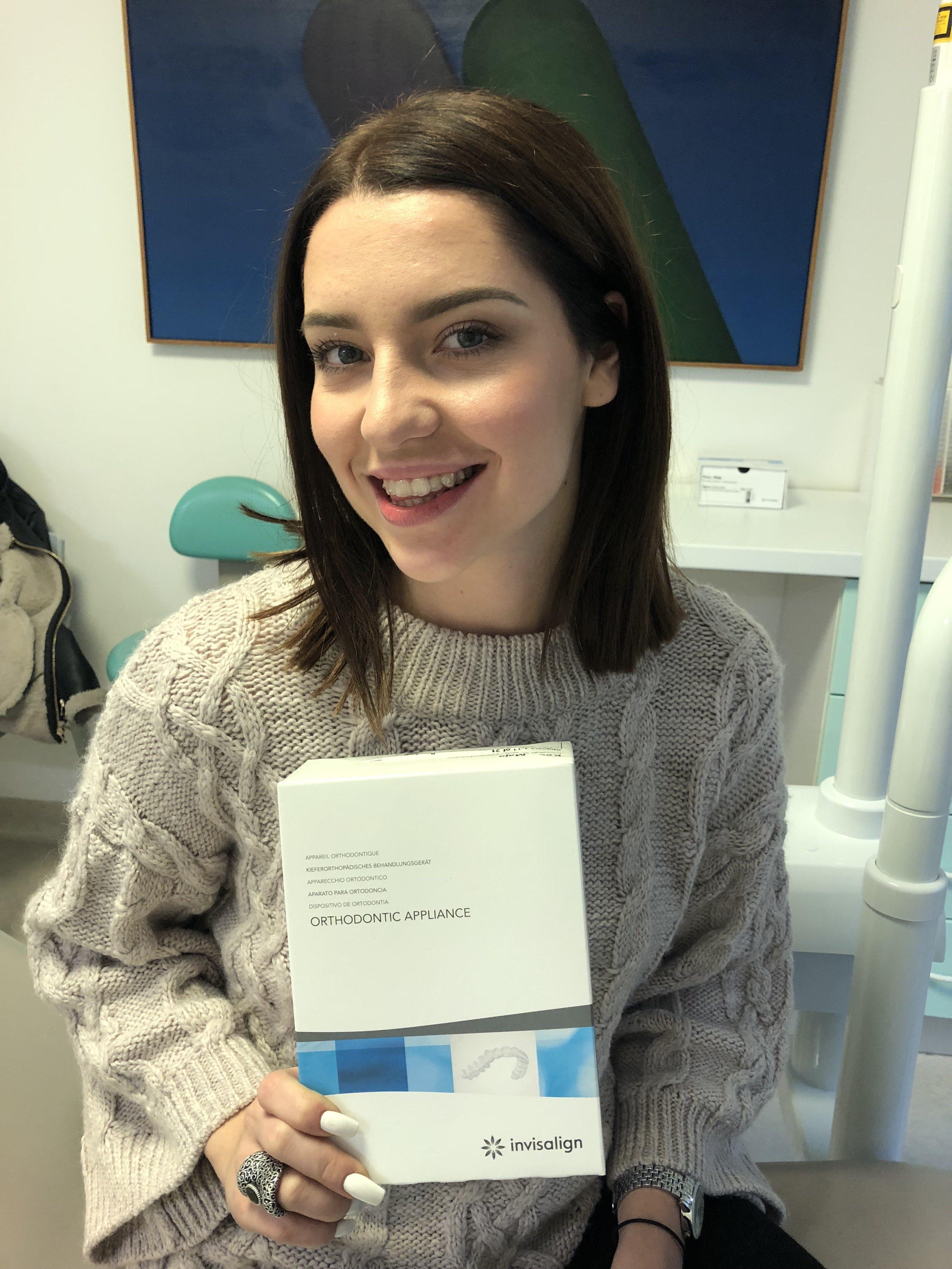 Maja Keuc ob postavitvi Invisalign zobnega aparata.